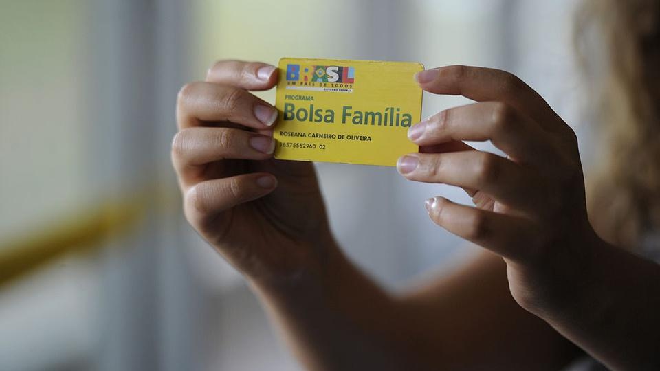 13º do Bolsa Família em 2021: enquadramento em mão segurando em cartão do Bolsa Família