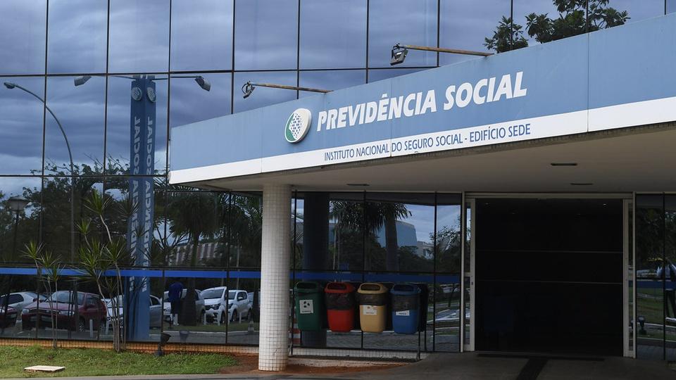 Antecipação do 13º para aposentados e pensionistas do INSS: fachada de umas das unidades do INSS