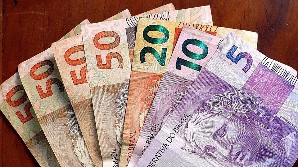 abono salarial PIS/PASEP: a imagem mostra leque de dinheiro com notas de 50, 20, 10 e 5 reais