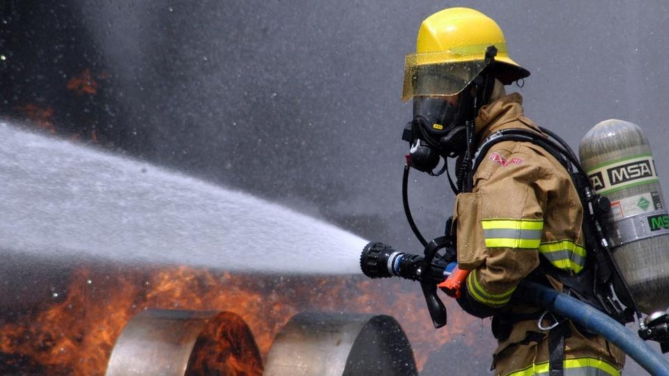 Alerj aprova Serviço Militar Temporário Voluntário para Bombeiro: bombeiro apagando incêndio com mangueira