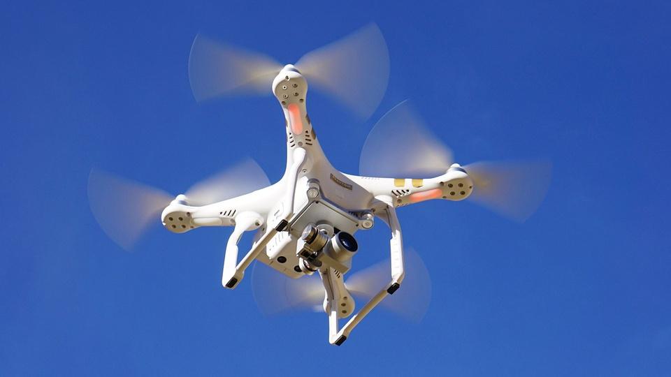 ANAC autoriza entrega de produtos por drones, drone sobrevoando no céu
