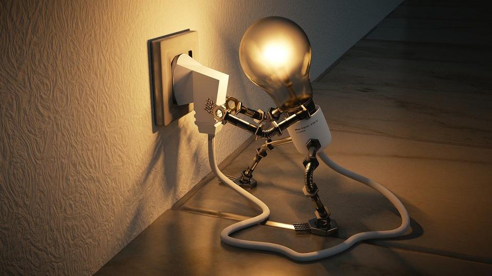 cortes de energia por inadimplência: desenho de lâmpada com braços e pernas de metal se conectando à tomada
