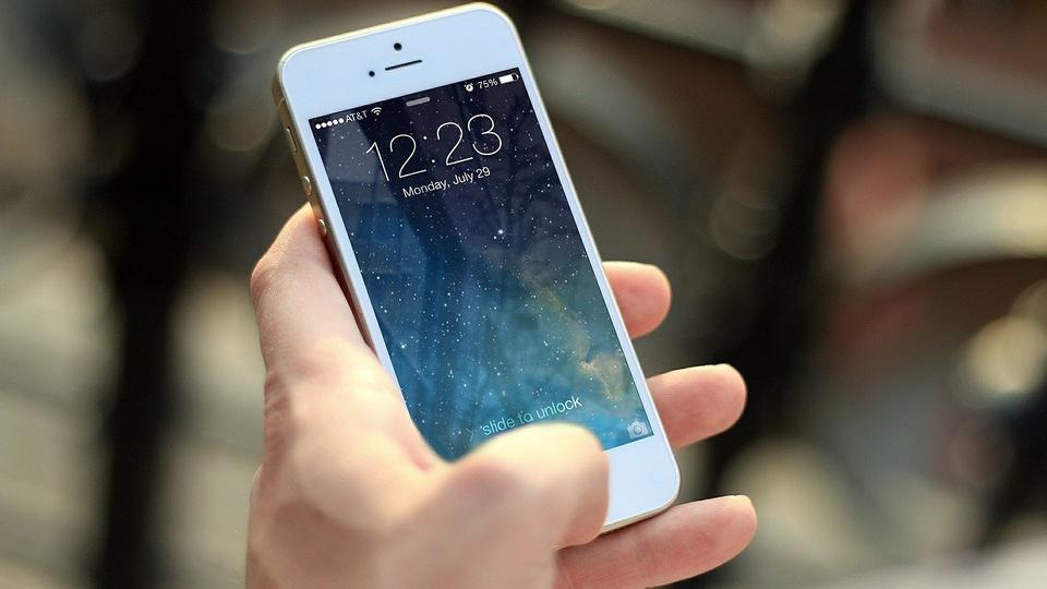 Aplicativos para estudar português; pessoa utilizando smartphone