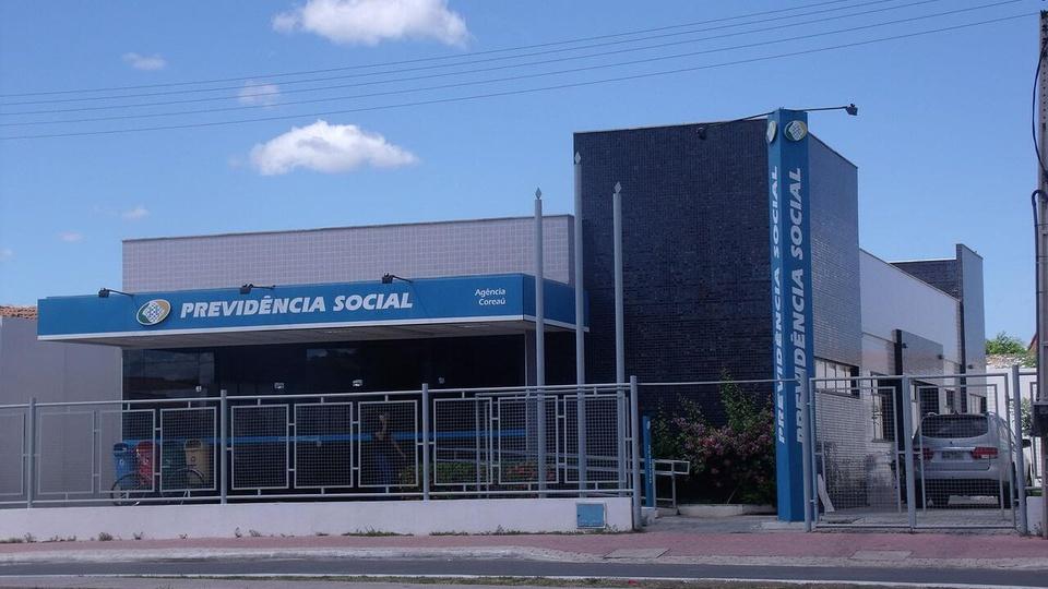 14º salário emergencial: fachada de uma agência do INSS