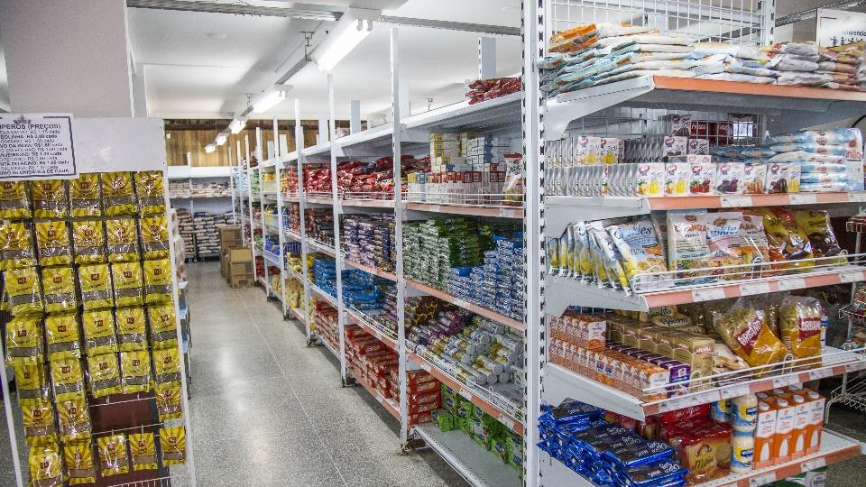 Auxílio alimentar em Curitiba: interior de um dos Armazéns da Família, em Curitiba