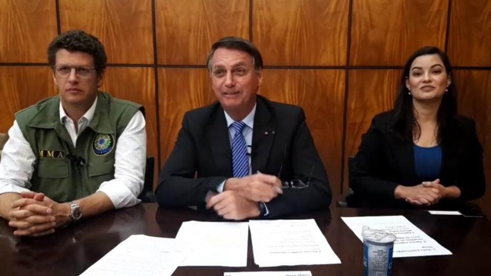 Bolsonaro admite ter arredondado o valor total do auxílio emergencial: Jair Bolsonaro em pronunciamento. Ele está acompanhado do ministro do Meio Ambiente, Ricardo Salles, e de uma intérprete de libras