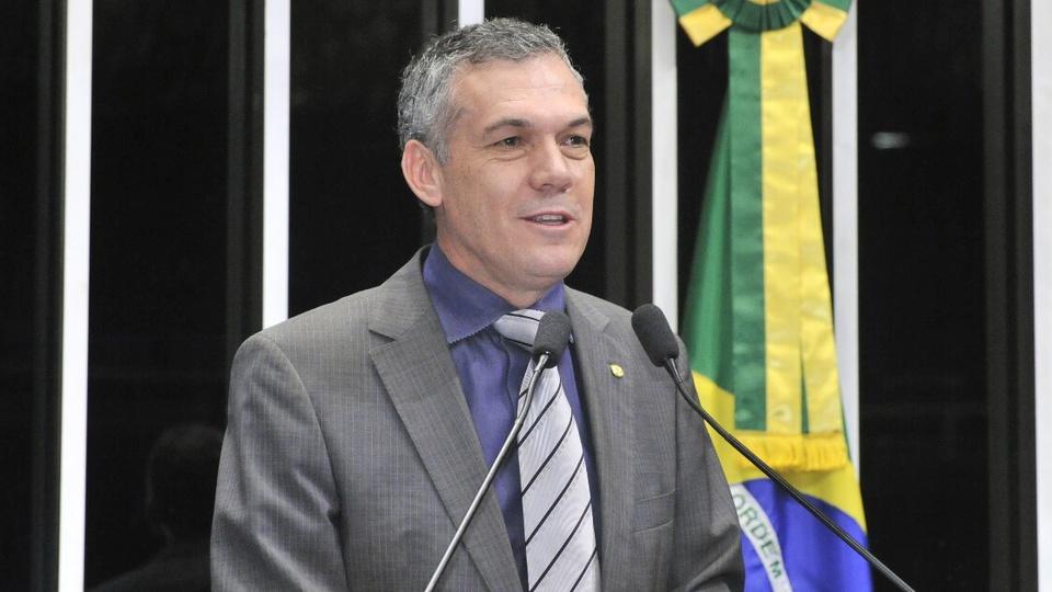 Auxílio emergencial a agricultores: é possível ver o deputado Zé Silva, do busto para cima