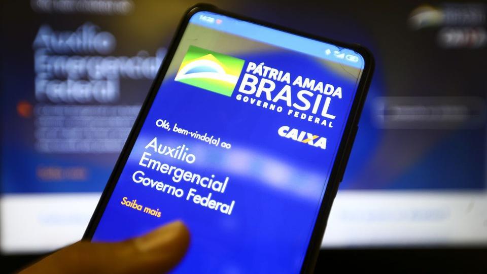 auxilio emergencial consecutivo: a imagem mostra celular aberto no app do auxílio emergencial