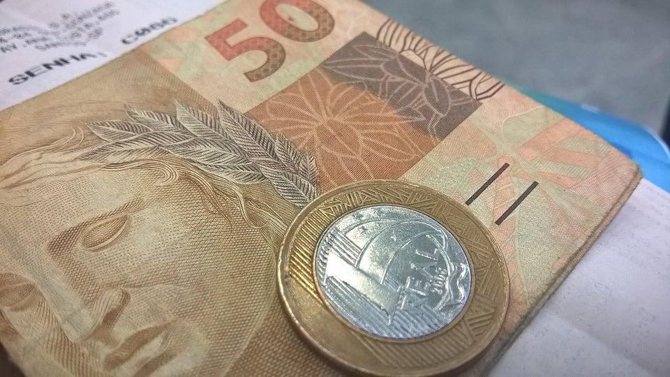 Auxílio emergencial de R$ 450 é aprovado: cédulas de real