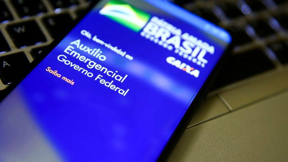 Número de beneficiários no auxílio emergencial: tela de celular com a página do auxílio emergencial aberta
