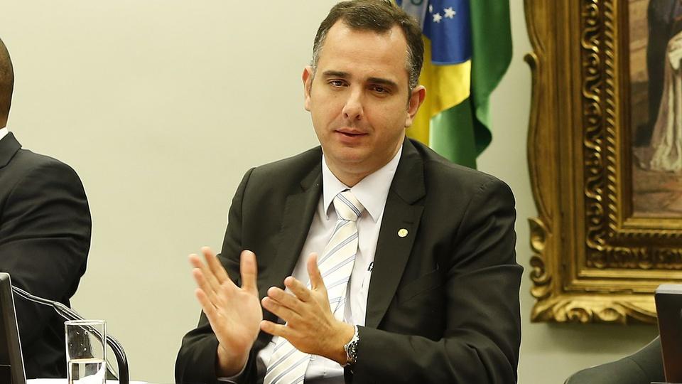 novo presidente do senado auxílio emergencial: a imagem mostra Rodrigo Pacheco falando algo e gesticulando com as mãos