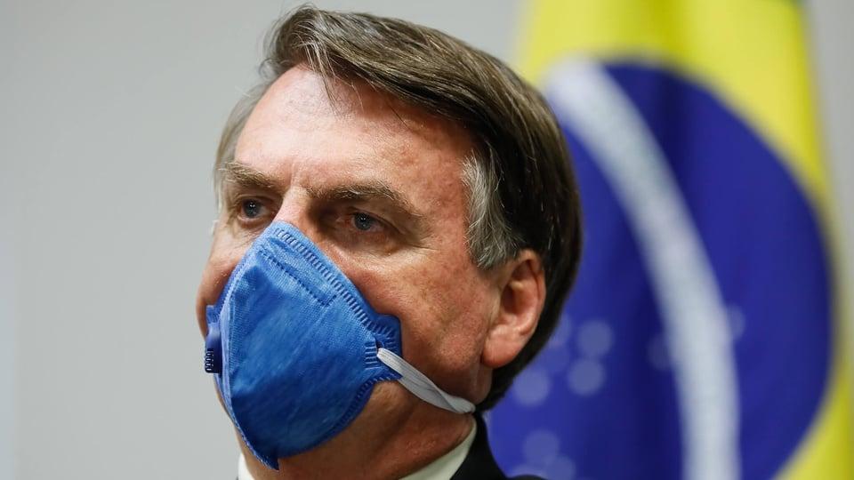 Auxílio emergencial permanente: Bolsonaro usando uma máscara azul