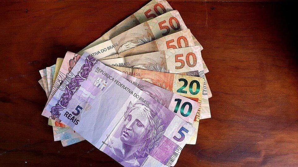 Auxílio emergencial: prazo para contestar R$ 300 termina hoje, cédulas de dinheiro