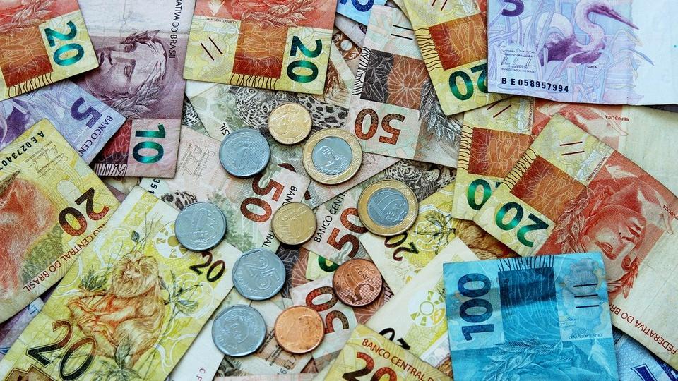 Auxílio emergencial: prazo para se inscrever termina hoje, cédulas e moedas de reais