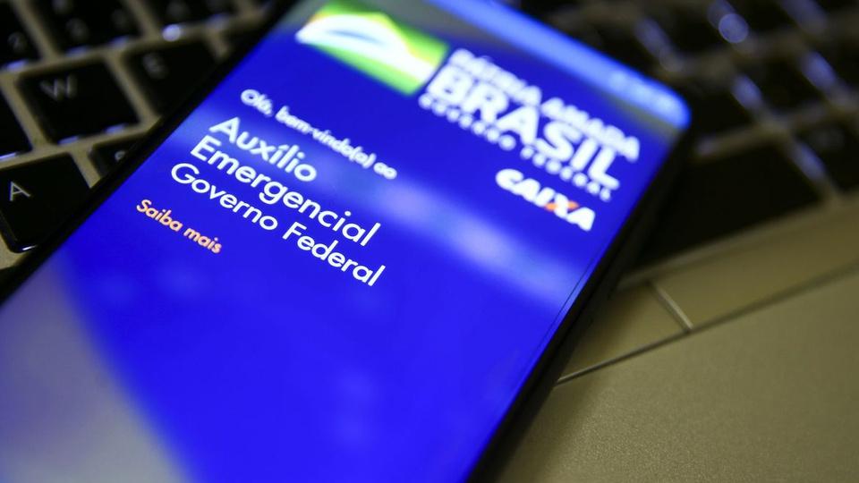 Famílias sem auxílio emergencial: celular com página do auxílio emergencial aberta