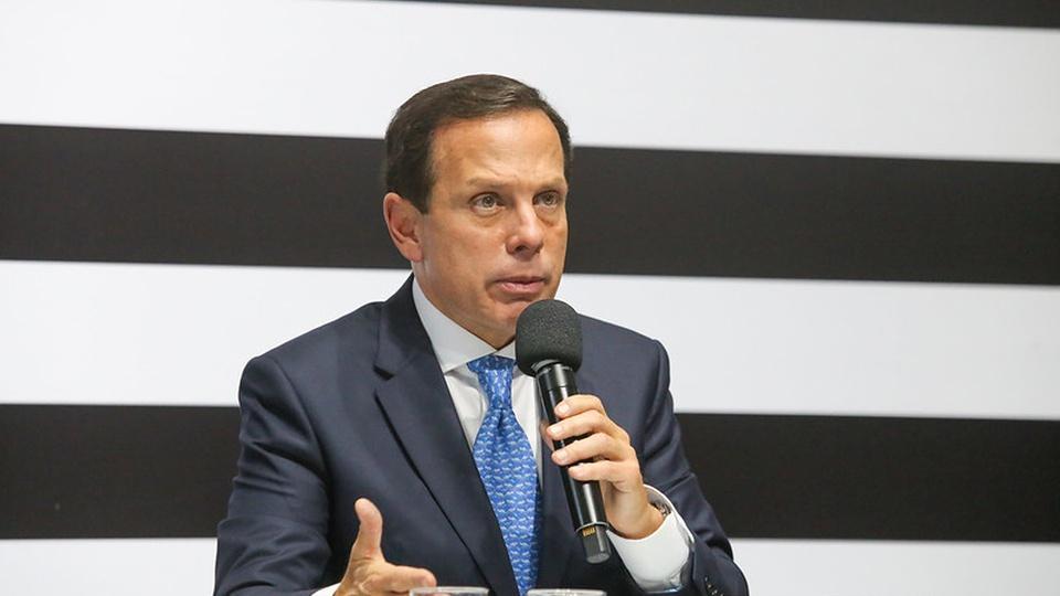 Bolsa do Povo: a imagem mostra o governador João Dória falando ao microfone