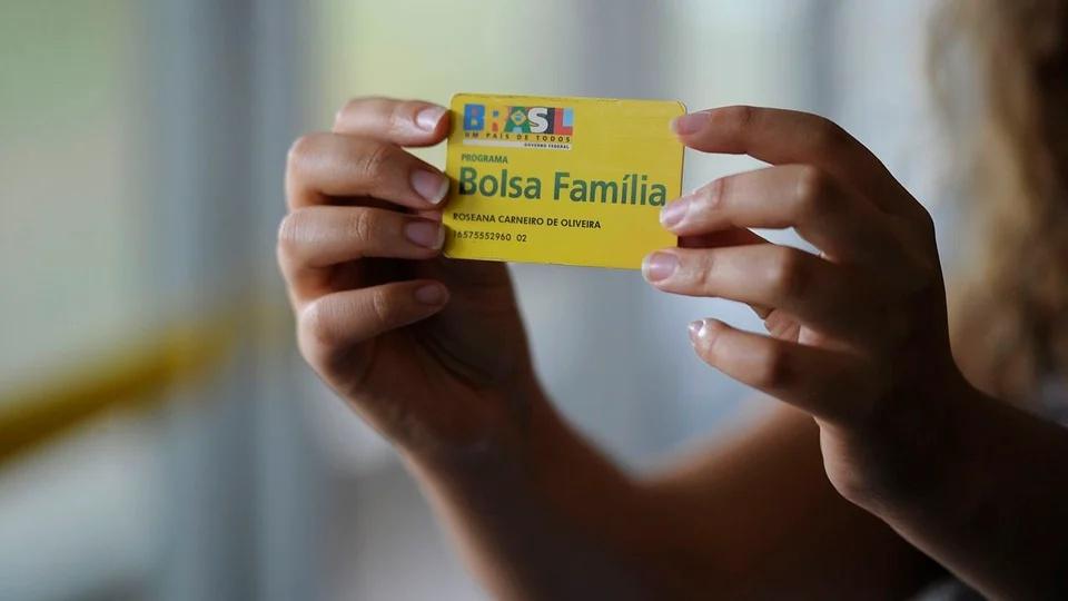 Bolsa Família deve ser ampliado, pessoa segurando o cartão do Bolsa Família