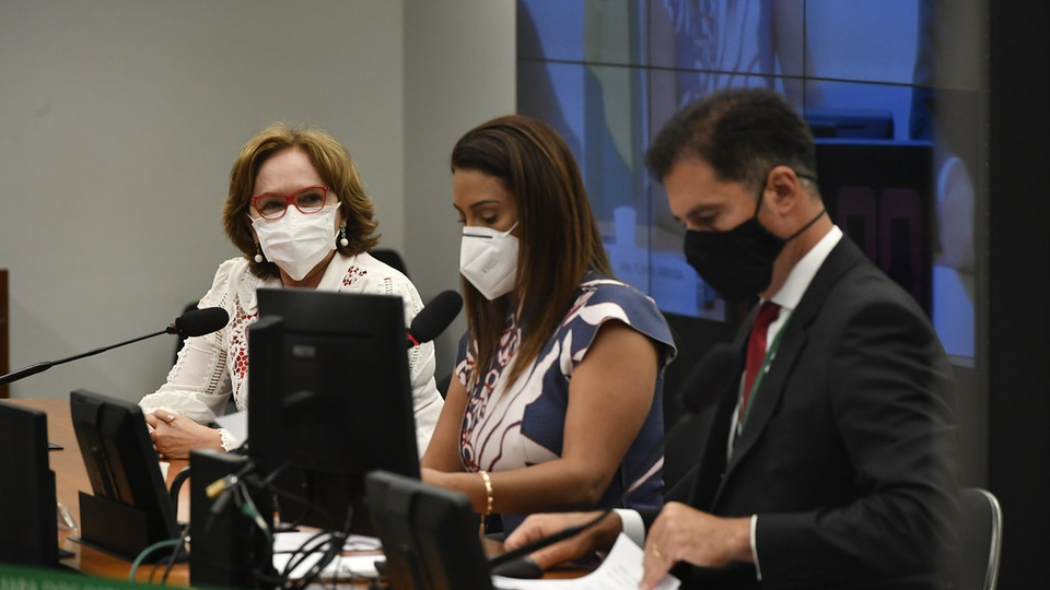 Mais beneficiários no Bolsa Família: Flávia Arruda e demais parlamentares em mesa de plenário