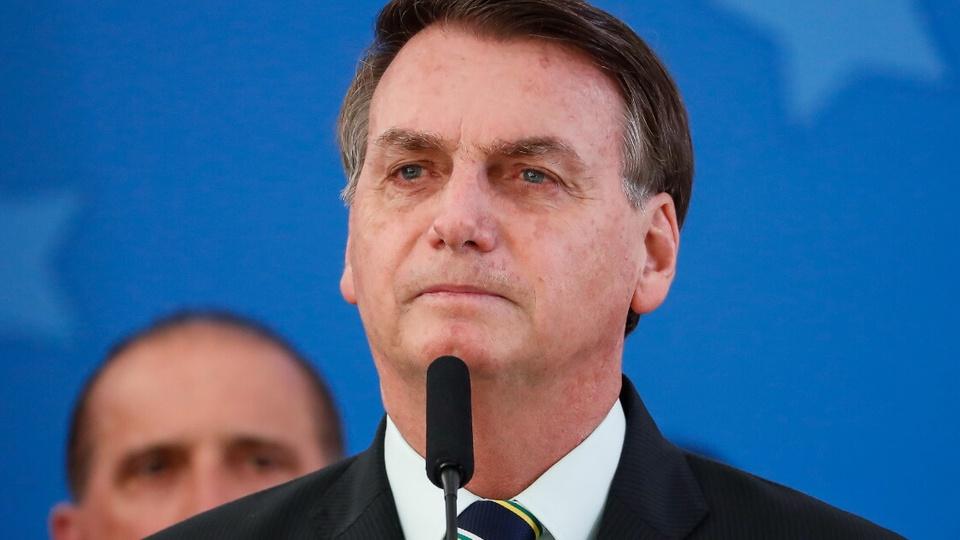 Auxílio emergencial extra: destaque para Jair Bolsonaro, do ombro para cima. É possível ver um microfone na sua frente