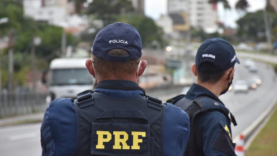 Bolsonaro confirma que concurso PRF terá 2 mil vagas e edital em breve, agente das PRF trabalhando