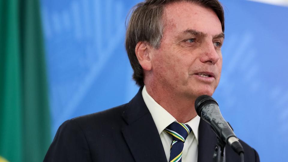Bolsonaro decidirá sobre o Renda Brasil: a imagem mostra Bolsonaro falando ao microfone