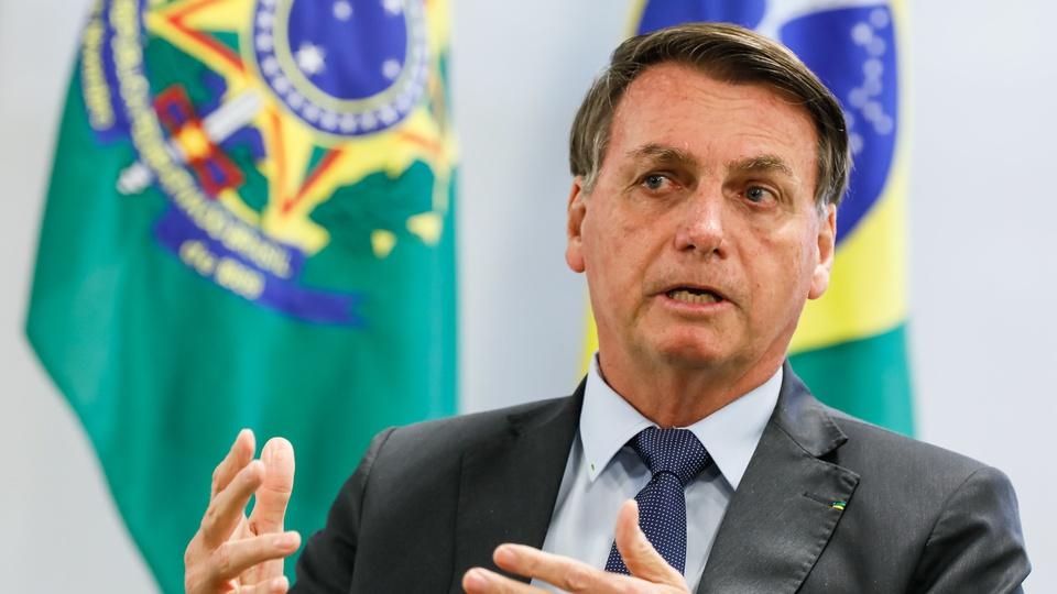 """Bolsonaro: """"vão pedir o auxílio para quem tirou o seu emprego"""", Bolsonaro discursando"""