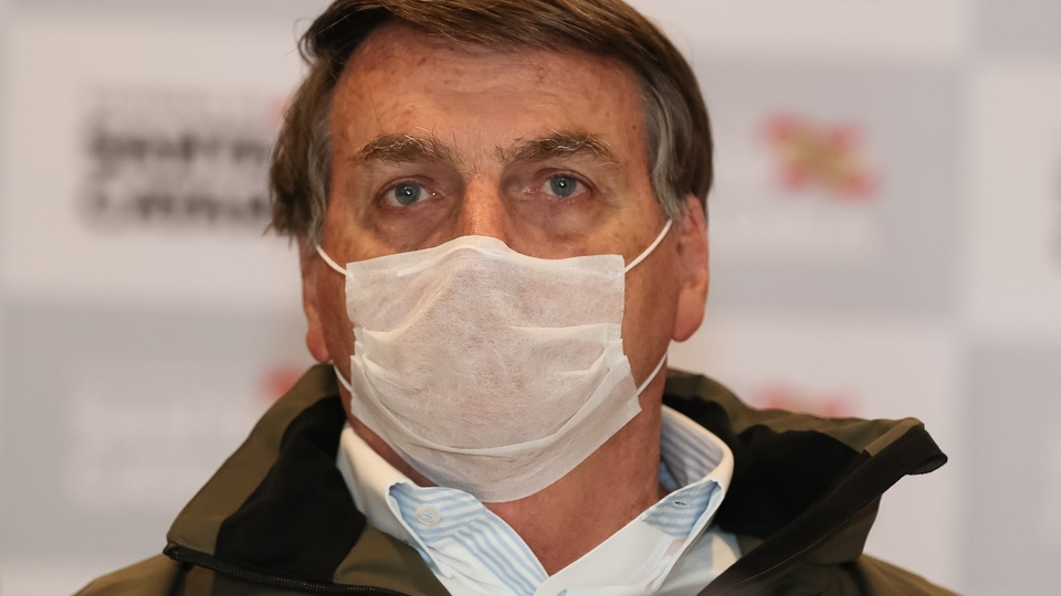 Bolsonaro volta a se queixar sobre o auxílio emergencial, Bolsonaro com máscara