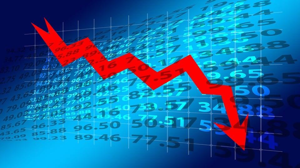 Brasil deve ter primeira década de recessão na história, gráfico com seta indicando queda de desempenho