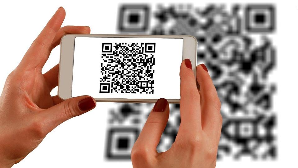 Caixa libera QR Code para quem recebe auxílio emergencial, pessoa utilizando QR Code