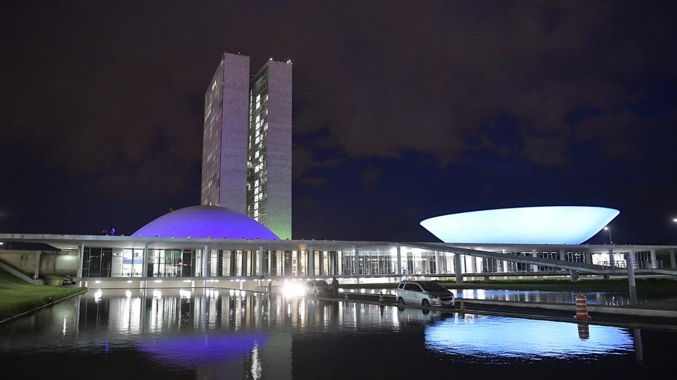 Câmara congela salários de servidores, mas não proíbe concursos: palácio Nereu Ramos à noite