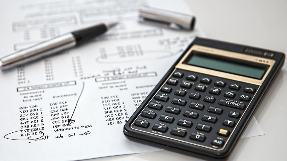Processo seletivo Câmara de Rancho Queimado - SC: papéis, caneta e calculadora em cima de mesa