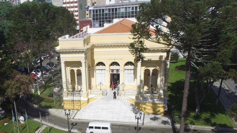 camara municipal de curitiba: a foto mostra a vista frontal da câmara de curitiba