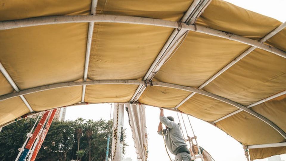 Processo seletivo Capitania dos Portos de Itajaí - SC: imagem interna de um barco com uma pessoa puxando o mastro