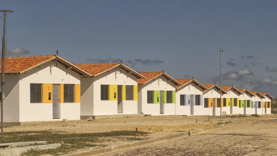 Novo programa habitacional deve ser anunciado pelo governo: conjunto de casa em sequência