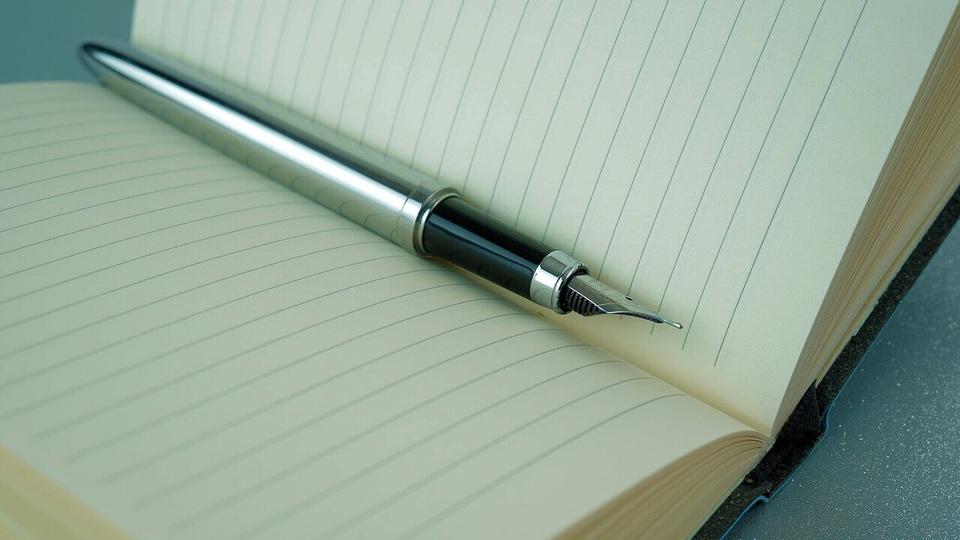 chamada pública prefeitura de ermo: a imagem mostra caneta em cima de agenda aberta