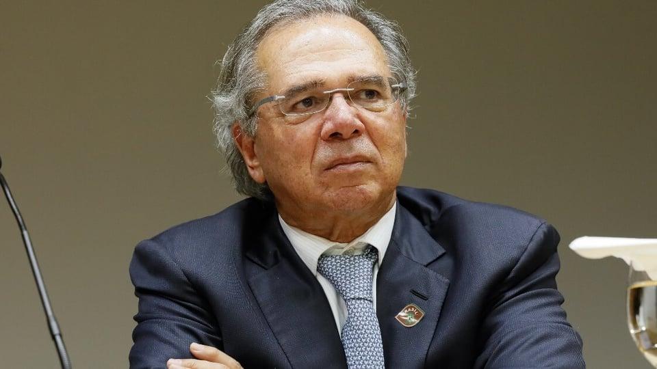 Governo quer vetar benefícios aos novos servidores em reforma administrativa: Paulo Guedes de braços cruzados