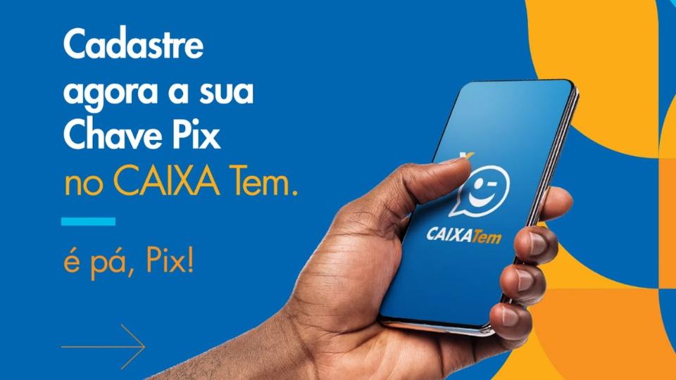 """Cadastrar e usar a chave Pix no Caixa Tem: mão segurando celular. Ao lado, é possível ler """"cadastre agora a sua chave Pix no Caixa Tem. É pá, Pix!"""""""
