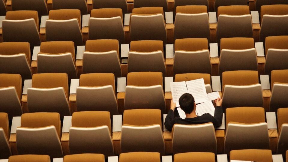 como fazer prova de concurso publico dicas para se dar bem: a foto mostra uma pessoa em sala fazendo prova