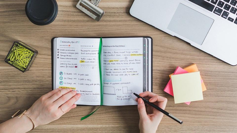 Como revisar matérias para concursos, pessoa fazendo anotação