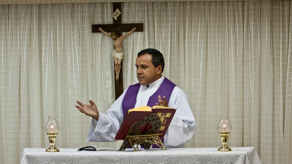 Concurso Aeronáutica EA EIAC 2022: Instrução e Adaptação para Capelães - a foto mostra um capelão celebrando uma missa
