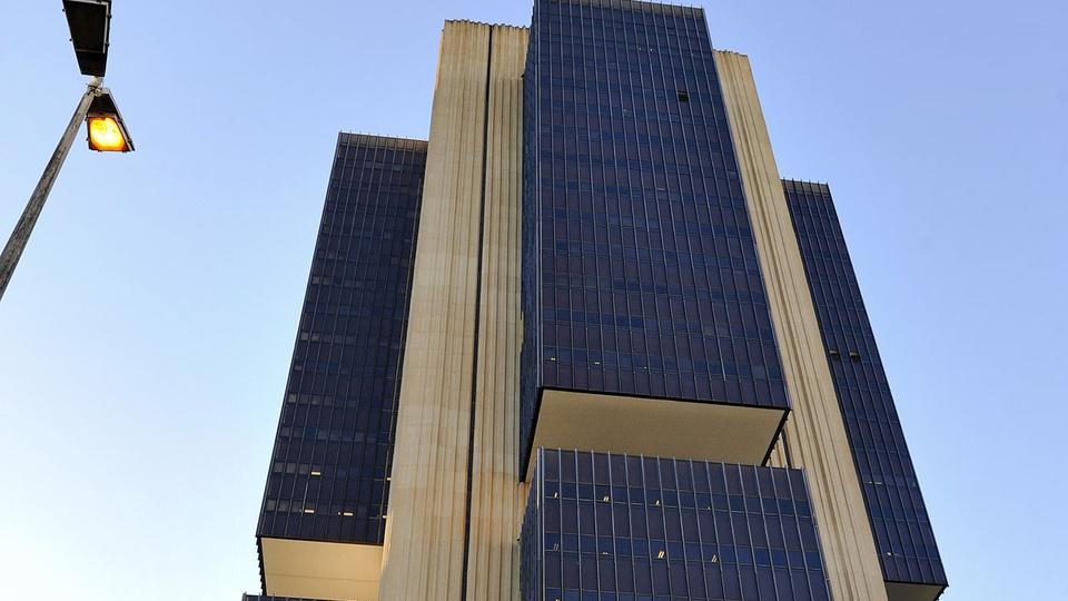 Concurso Bacen: imagem mostra um pedaço do prédio do Banco Central visto de baixo