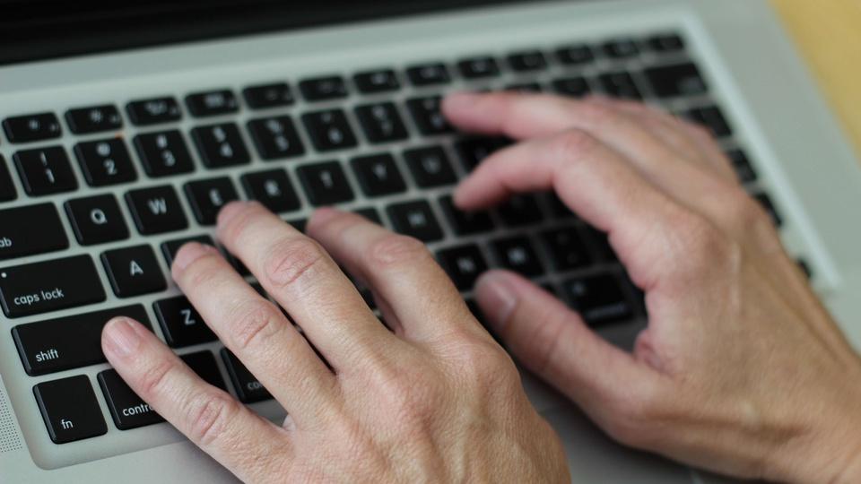 Concurso Belo Horizonte MG - Auditor: a foto mostra uma pessoa digitando em um teclado de computador