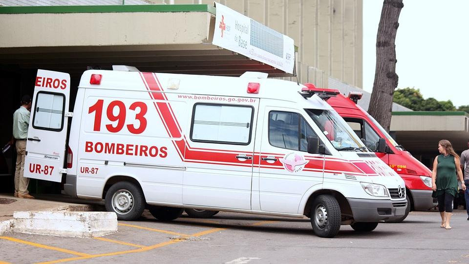 concurso bombeiros GO: a imagem mostra ambulância do corpo de bombeiros estacionada em frente hospital