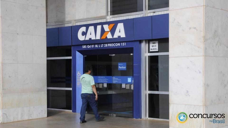 Concurso Caixa: pessoa entrando em uma agência bancária da Caixa Econômica Federal
