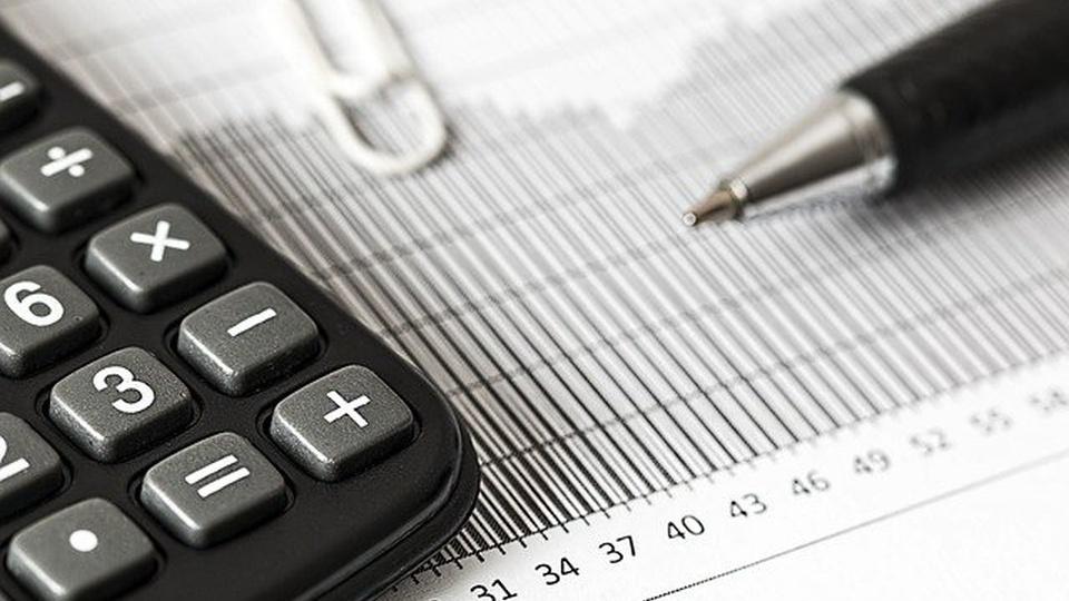 Concurso Câmara de Cantagalo - PR: imagem de uma calculadora em cima de uma papel com número. Ao lado, uma caneta