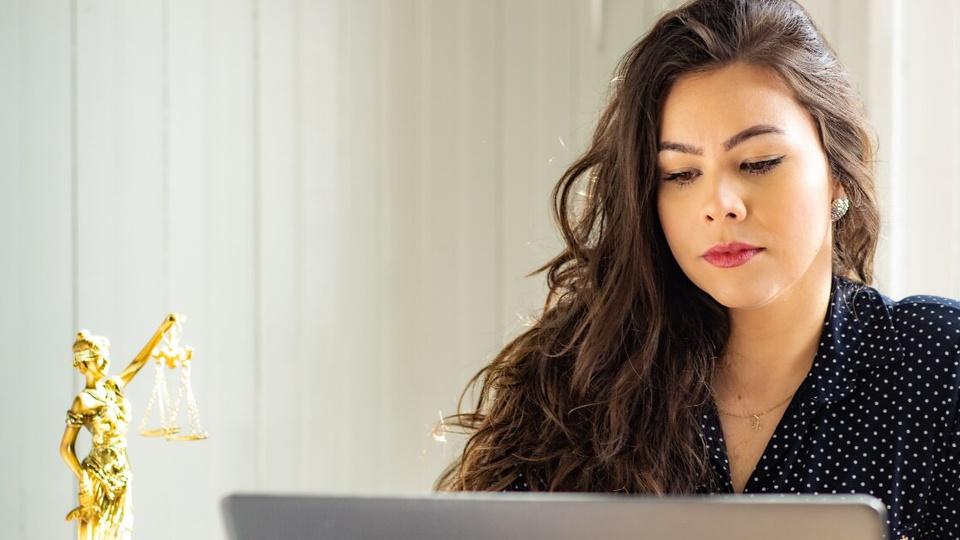 Concurso Câmara de Dores do Rio Preto - ES: mulher olhando para tela de notebook