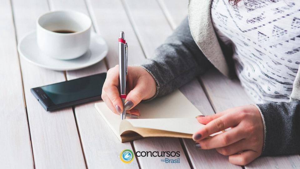 Concurso Câmara de Planaltina: a foto mostra uma pessoa escrevendo em um caderno
