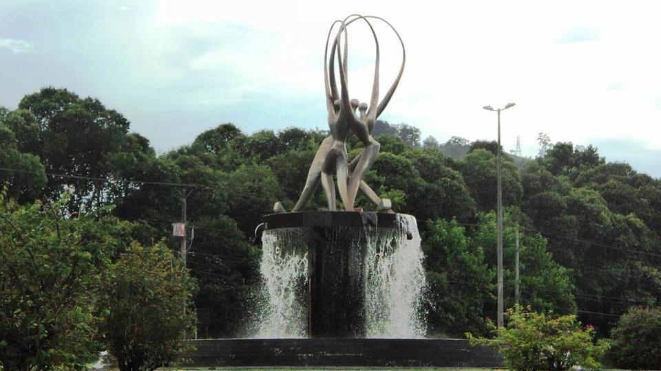 Concurso Câmara de Timóteo - MG: a foto mostra o monumento Sinergia, em Timóteo, Minas Gerais, Brasil.