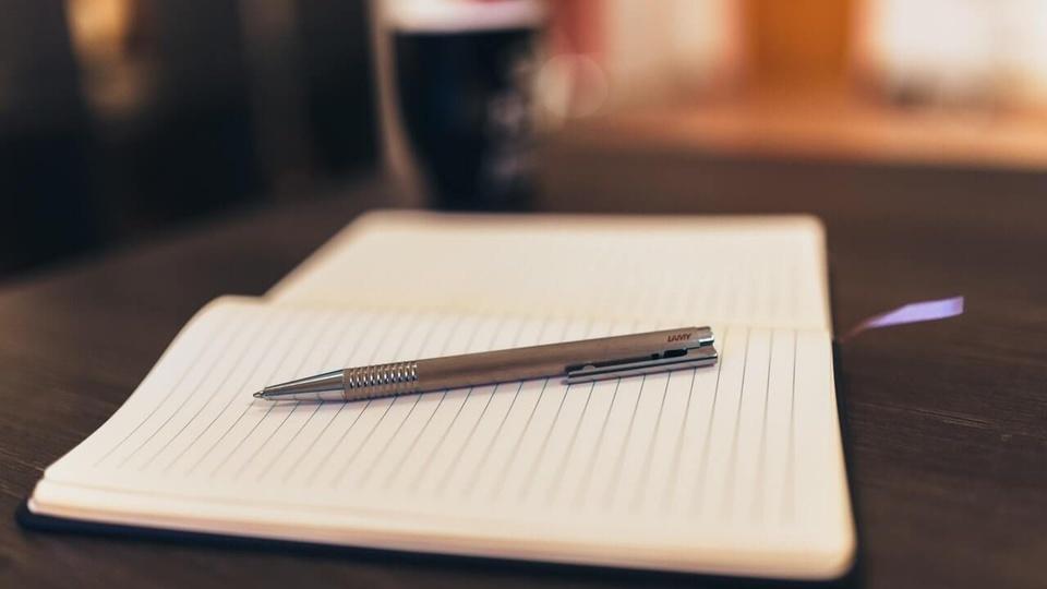 Concurso Cariacica - ES: caderno com caneta em cima