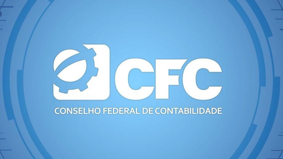 Concurso CFC: #PraCegoVer a imagem mostra a logo marca do conselho federal de contabilidade, escrito abaixo de três letras grandes e brancas sobre um fundo azul e um circulo com bordas azul-escuras, há também uma engrenagem figurativa e um quadrado branco